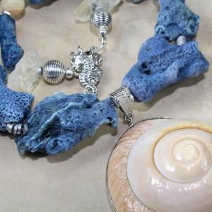 Колье из натурального голубого коралла