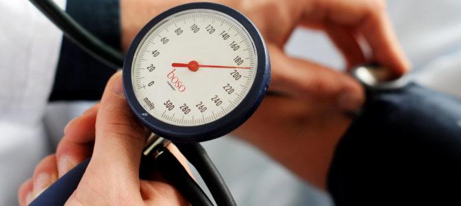 Hypertonie : causes, symptômes et traitements médicaux